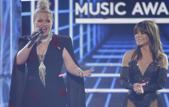 Kelly Clarkson and Paula Abdul Reunite on Stage at the 2019 Billboard Music Awards