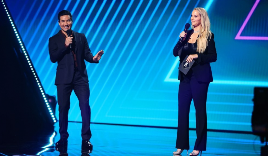 Elizabeth Berkley and Mario Lopez from SBTB Share the Stage at the 2020 People's Choice Awards